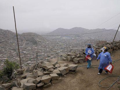 Dos enfermeras cargan con dosis de la vacuna Sinopharm contra la covid en el barrio Villa María del Triunfo de Lima, Perú.