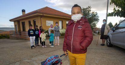 Aaron Fuentes Hernandez posa delante de sus siete compañeros del colegio de Arrabalde (Zamora)