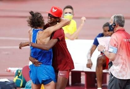 El catarí Mutaz Essa Barshim celebra con el italiano Gianmarco Tamberi tras decidir compartir el oro en salto alto.