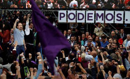 El secretario general de Podemos, Pablo Iglesias (i), junto al cofundador del partido, Juan Carlos Monedero, durante el acto de Podemos.