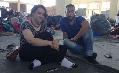 Al Shamaly y Shaheen este viernes en el campo de refugiados del Pireo.