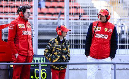 John Elkann (derecha) y su hijo Leone Mos Elkann en el circuito de Fórmula 1 de Barcelona, en marzo pasado.