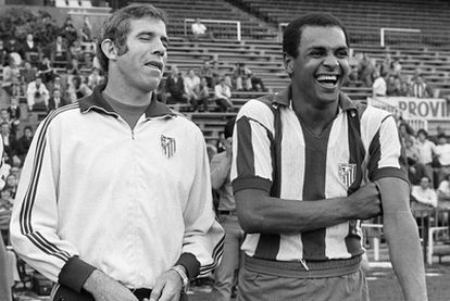 Luis Aragonés debuta como entrenador en el Atlético de Madrid en la temporada 74-75. Había disputado como jugador seis partidos de Liga, pero se retira y a partir de la jornada 10 sustituye a Juan Carlos Lorenzo en el banquillo. Estuvo en el club rojiblanco hasta 1980. Ganó una Copa (1976), una Liga, la única que ha logrado como entrenador (1997) y la Copa Intercontinental ante Independiente de Avellaneda (1975).