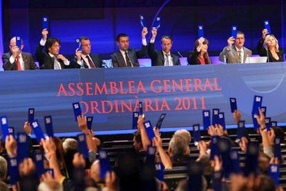 Una de las votaciones durante la asamblea del Barcelona.