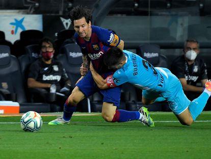 Bustinza frena con falta a Messi, durante el Barcelona-Leganés.