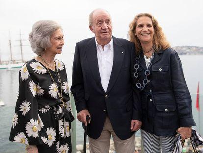 Los reyes eméritos junto a su hija Elena.