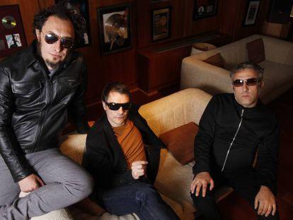 Eric Jiménez (primero por la derecha) junto a sus dos compañeros de Los Planetas, el cantante y guitarrista Juan Rodríguez 'Jota' (primero por la izquierda) y el guitarrista Florent Muñoz. La imagen es de 2010.