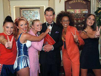 Una de las imágenes definitorias de las Spice Girls: las cinco posando con el príncipe Carlos de Inglaterra, Geri Halliwell está a punto de tocarle la nariz. Carlos lleva en la cara una marca de carmín de un beso de ellas. Era mayo de 1997. En vídeo, una Spice Girl da un beso en la mejilla al príncipe Carlos de Inglaterra cuando este las saluda en la gala de los premios Brits de 1997.
