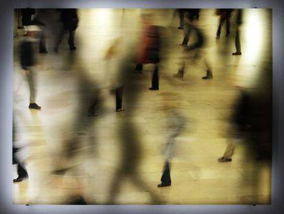 'Fundamental Interval (Commuters)', obra de Jim Campbell.