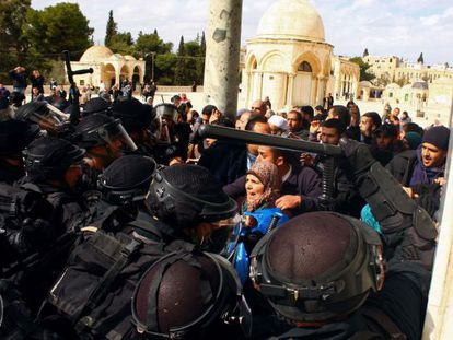 Un grupo de palestinos se enfrentan hoy a la policía israelí en la Explanada de las Mezquitas.