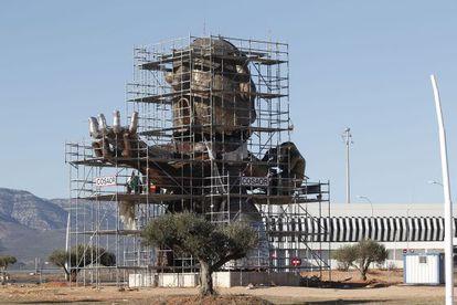 Escultura dedicada a Carlos Fabra que se construye en el aeropuerto de Castellón.