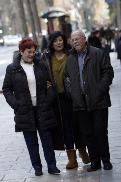 Almudena Grandes, acompañada por Isabel Perales y Alexis Mesón Doña, en Madrid.