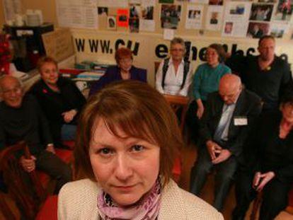 Julie Bailey (en primer plano) y otros afectados por negligencias en el hospital de Stafford.