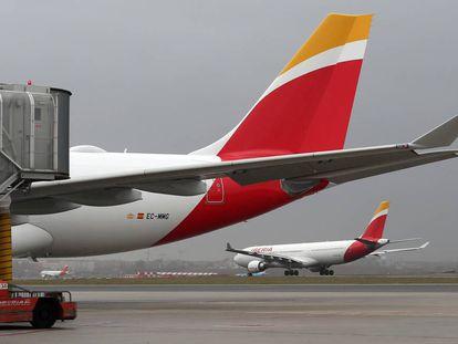 Aviones de Iberia, en el aeropuerto de Barajas.