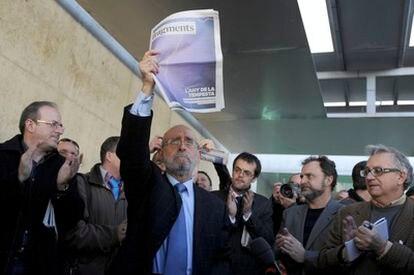 El ex director del Muvim, Romà de la Calle, esta mañana en la concentración con la publicación sobre la muestra de fotoperiodismo censurada por la Diputación de Valencia.