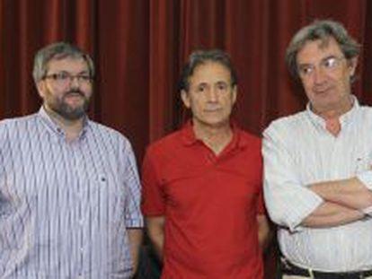 Pedro Escobar, flanqueado por los otros dos diputados extremeños de IU, Víctor Casco, y Alejandro Nogales.