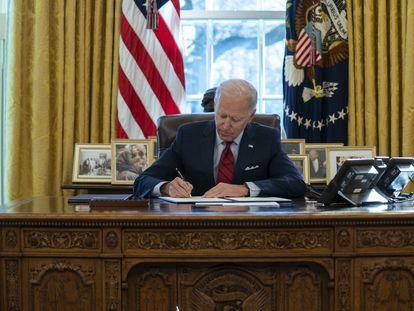 El presidente de EE UU, Joe Biden, firma una serie de órdenes ejecutivas en el Despacho Oval de la Casa Blanca, el pasado 28 de enero, en Washington.