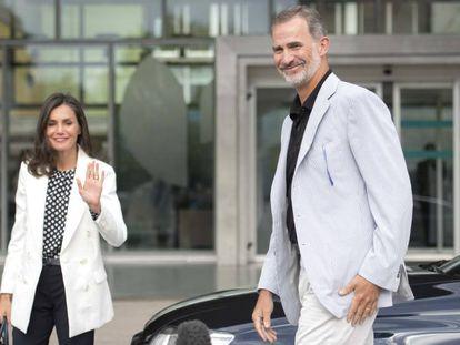 En vídeo, los reyes Felipe y Letizia llegan al hospital.