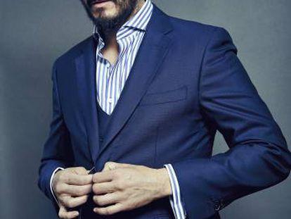 Asier Etxeandia posa para ICON vestido con camisa y traje de tres piezas perteneciente a la colección de sastrería de Pedro del Hierro.