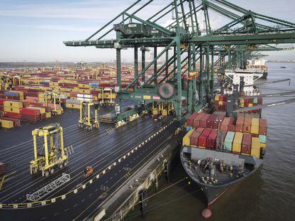 Un barco lleno de contenedores, en el puerto de Amberes (Bélgica), el pasado febrero.
