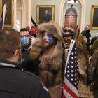 Ante los disturbios, los legisladores han pedido un receso en sus debates ante el peligro de que algún manifestante violento pueda ingresar al Congreso. En la imagen, algunos de los manifestantes dentro del Capitolio.