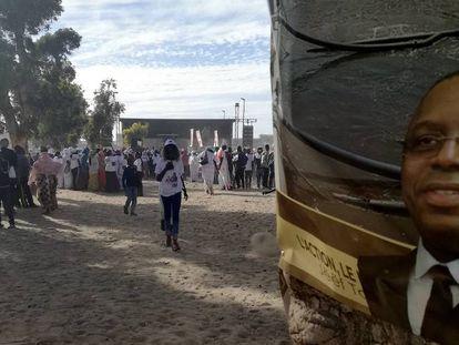Cartel de Macky Sall, en el recinto del mitin, este lunes en Saint Louis (Senegal).