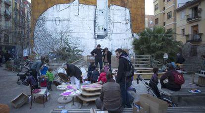 Vecinos de Ciutat Vella durante un taller para la construcción de la falla del solar Corona.