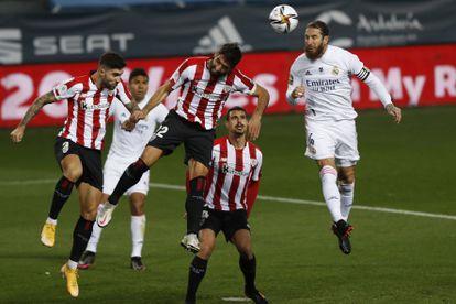 Raúl García (centro) disputa con Sergio Ramos un balón aéreo este jueves en La Rosaleda, con Dani García a su izquierda y Unai Núñez a su derecha.