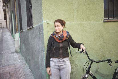 """Tras vivir varios años en Alemania, Maite, arquitecta de 40 años, encontró a su vuelta a Madrid """"un infierno"""": """"Antes usaba bici propia, pero ahora uso BiciMad porque ese extra de velocidad me hace sentir menos vulnerable"""", explica, en referencia al mayor impulso que consigue con las bicis eléctricas del servicio municipal de bicicletas de la ciudad. Maite reclama dos cosas: """"Carriles-bici conectados y educación para que coches y motos entiendan que podemos ocupar la calle""""."""