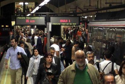 Viajeros en el Metro de Madrid, en una imagen de archivo.