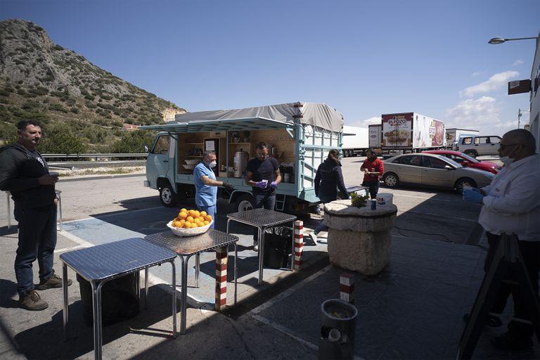 Zona habilitada por el restaurante El Hacho, en Lora de Estepa (Sevilla), para que camioneros y transportistas puedan parar a comer y refrescarse de forma totalmente gratuita.