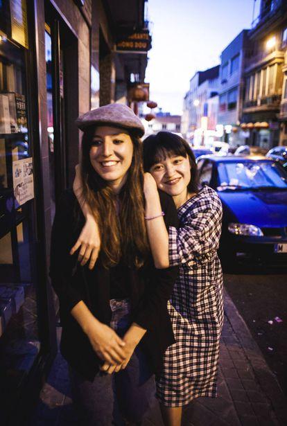Laura C. Vela y Xirou Xiao, en el barrio de Usera.