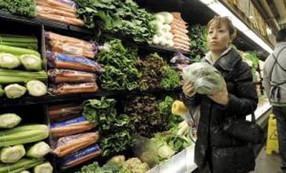 Una mujer compra hortalizas en un supermercado. EFE/Archivo