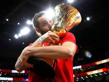 Ricky Rubio besa el trofeo de campeones del mundo. En vídeo, las celebraciones de la Selección.