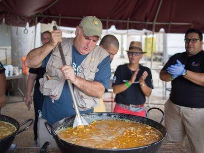 El chef José Andrés cocinando después del paso del huracán María, en Puerto Rico en 2017.