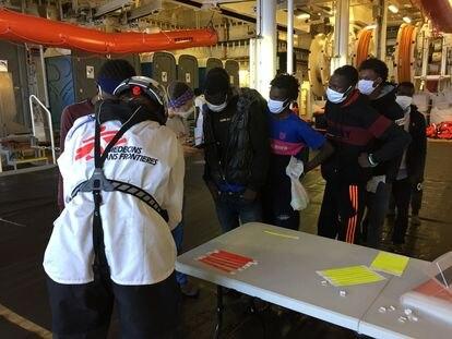 Registro de los migrantes rescatados por el quipo de MSF en la misión del 'Geo Barents'.