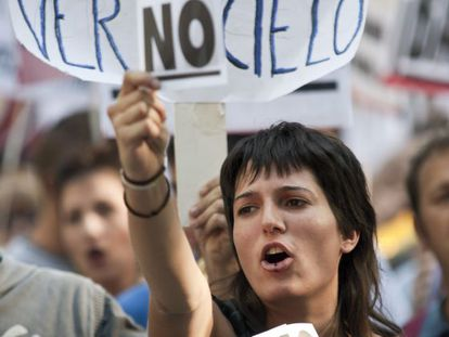 Una joven protesta el pasado domingo en Madrid contra la reforma constitucional.