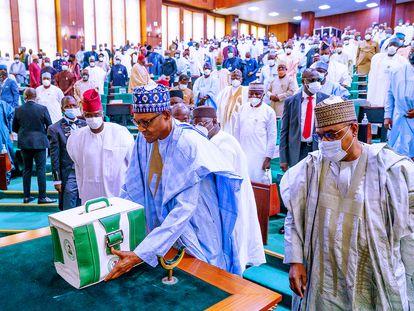 El presidente de Nigeria, Muhammadu Buhari, presenta los presupuestos nacionales de 2021 en la asamblea nacional en Abuja, Nigeria, el 8 de octubre de 2020.