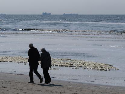 Una pareja en la playa de Katwijk (Países Bajos) en abril de 2020.