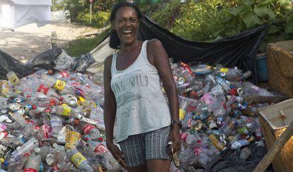 Miles de personas obtienen su sustento del material reciclable que encuentran rebuscando entre las miles de toneladas de basura que llegan a diario a los vertederos.