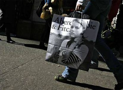 Una compradora, con una bolsa de una tienda de Abercrombie, en las calles de Nueva York.