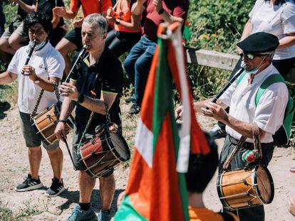 El lehendakari y candidato a la reelección, Iñigo Urkullu, toca el 'txistu' durante su participación en un acto electoral en la cima del monte Zaldiaran, en Vitoria.