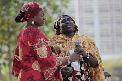 Rebecca Samuel (derecha), madre de Sarah, una de las 200 niñas secuestradas en Chibok, habla desesperada en un acto de la campaña #Bringbackourgirls celebrado el pasado 1 de enero en Abuja (Nigeria).