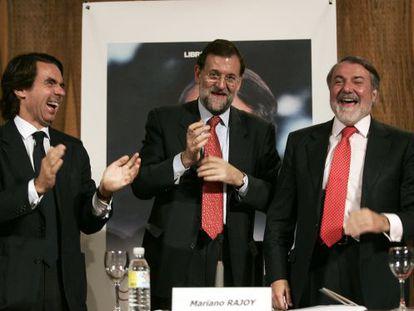 Aznar, Rajoy y Mayor, en la presentación en 2007 del libro 'Esta gran nación', una larga entrevista al exministro del Interior.