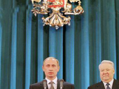 Vladímir Putin toma posesión como presidente en 2000, ante Yeltsin.