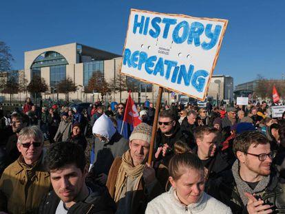 Imagen de una protesta a favor de mantener el cordón sanitario contra la ultraderecha a las puertas de la cancillería en Berlín el pasado sábado.