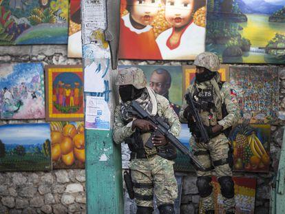 Dos soldados patrullan Petion Ville, el barrio de Puerto Príncipe donde vivía el presidente haitiano, Jovenel Moïse, asesinado en su casa en la madrugada de este miércoles.