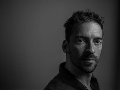 El actor Andreas Muñoz fotografiado en el restaurante El Imparcial, de Madrid, para ICON.