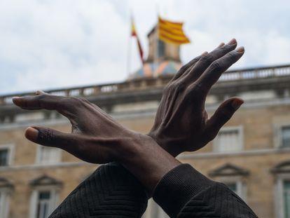Un hombre cruza los brazos durante una concentración en Plaza de Sant Jaume de Barcelona contra el racismo 'Las vidas negras importan' organizada por  la Comunidad Negra Africana y Afrodescendiente de España (CNAAE) por el asesinato por parte de un policía local de George Floyd el pasado 25 de mayo en la ciudad de Mineápolis (EEUU), en Barcelona, Catalunya (España) a 7 de junio de 2020.