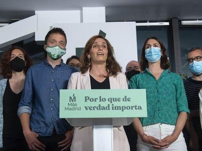 Mónica García, acompañada por Íñigo Errejón y Rita Maestre, interviene en una rueda de prensa para valorar las votaciones de la jornada electoral.